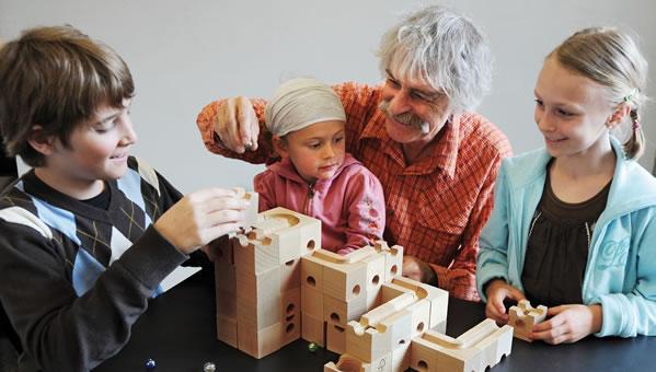 Spielen-mit-cuboro in Murmelbahnen aus Holzelementen